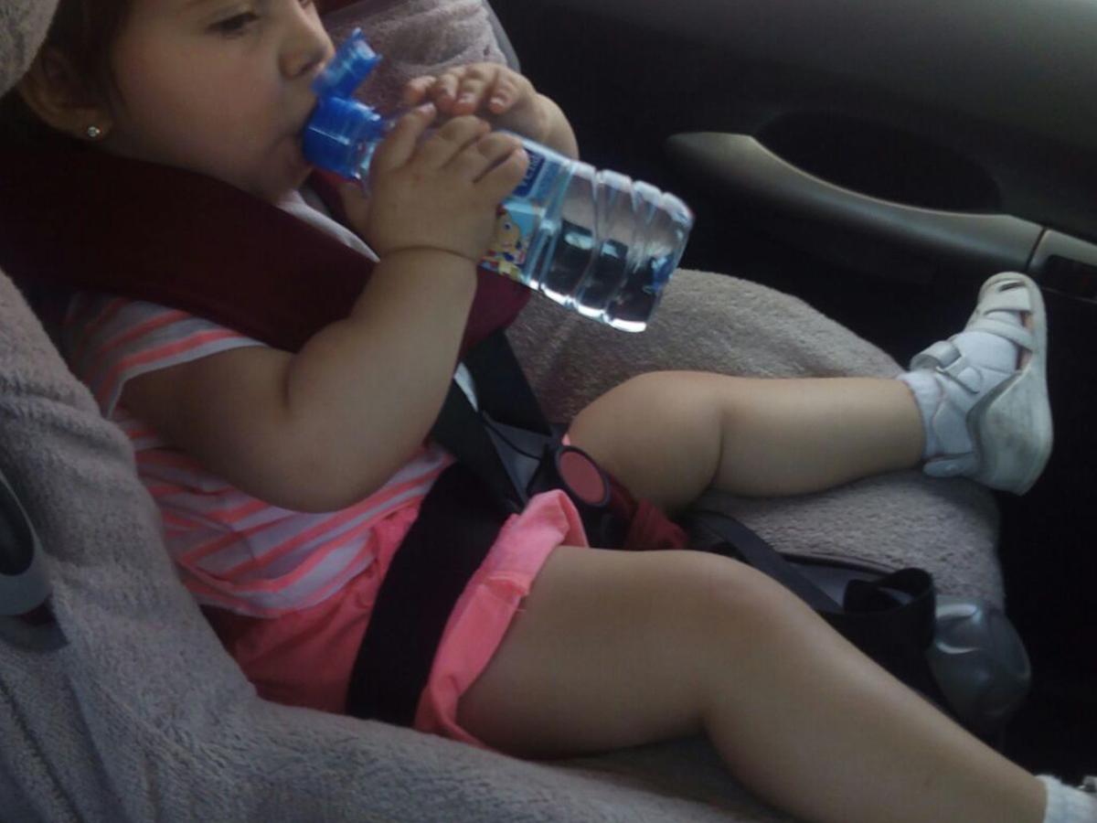 cuanta agua debe beber un niño