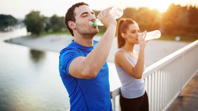 A la hora de hacer deporte: sé responsable ¡Hidrátate! - Instituto de  Investigación Agua y Salud